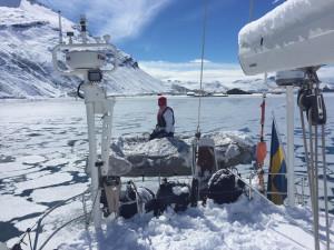 Heléne skottar snö med durkslag på Sydgeorgien; någon snöskyffel fanns inte ombord.