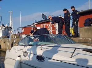 De misstänkta tjuvarna lämnades över till polis i Råå. BILD: Kustbevakningen