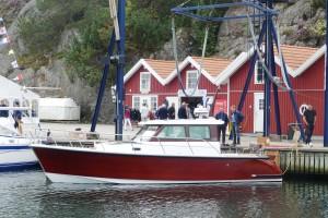 Nya Rapid Commuter 32 är byggd på Vindövarvet och designad av Rolf Eliasson. En vacker och till synes mycket välbyggd och genomtänkt båt med mycket ädelträ som är byggd för att passa lite äldre segelbåtsägare som är ute efter något lite bekvämare på semestern.