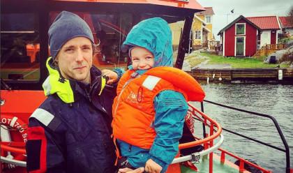 För båtsman Gustav på Landsort och sonen Albin är det Flytvästens dag alla dagar på sjön. På lördag uppmärksammas Internationella Flytvästdagen över hela världen.