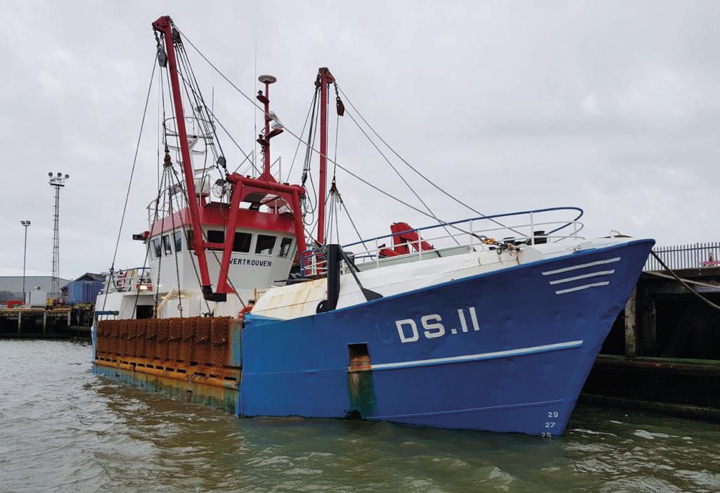 Den 26 meter långa skaldjurstrålaren Wertrouvens svall fyllde den lilla fiskebåten. BILD: MAIB